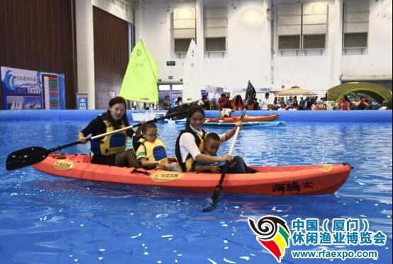 """现场400平米超大水池还将举办""""前进吧!独木舟""""水上皮划艇独木舟体验和""""翻腾吧,浪花!""""水上帆板和桨板冲浪体验。只要到现场报名,就可以在400平米超大水池体验前所未有的各种海洋极限运动。"""