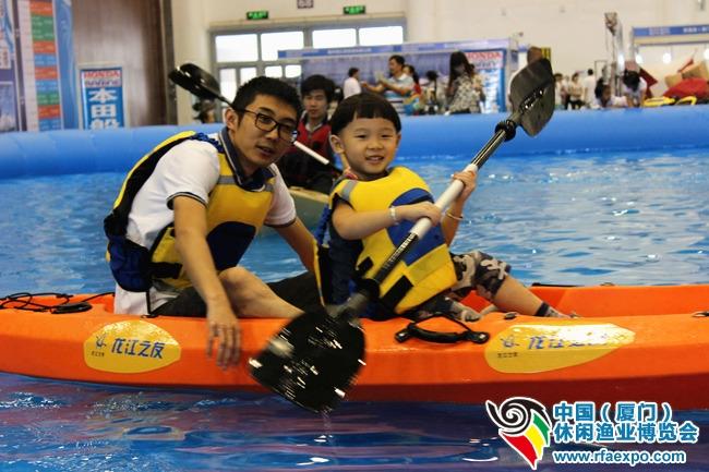 """这位4岁的小朋友可以独立操作皮划艇,真是棒棒的!离开泳池后,小帅哥恋恋不舍的对爸爸说""""明天再带我来划船吧!~"""""""