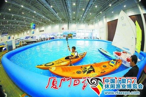 市民可在超大泳池上体验水上运动。